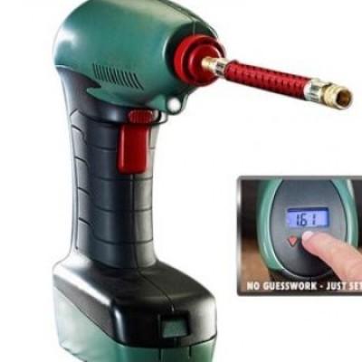 Compresor auto 12 V cu lanterna si display ce arata presiunea se